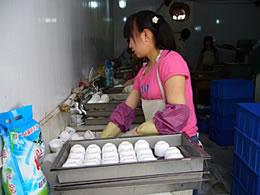 """北京卫生餐具:""""黑作坊""""猖獗 洗衣粉清洗"""